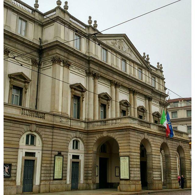 Театр Ла Скала. Хотела попасть на мероприятие, посвящённое истории театра и величайшим голосам, но уже за час там стояла большая очередь и я решила, что у меня не настолько много времени в Милане, чтобы проводить его в толкучке. Флаги приспущены - траур. #театр #ласкала #theatre #lascala #milano #milan #italy #italia