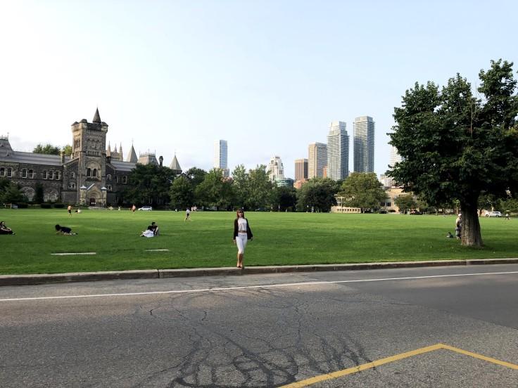 На кампусе Университета Торонто
