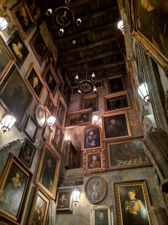 Внутри замка Хогвартс. Живые портреты.